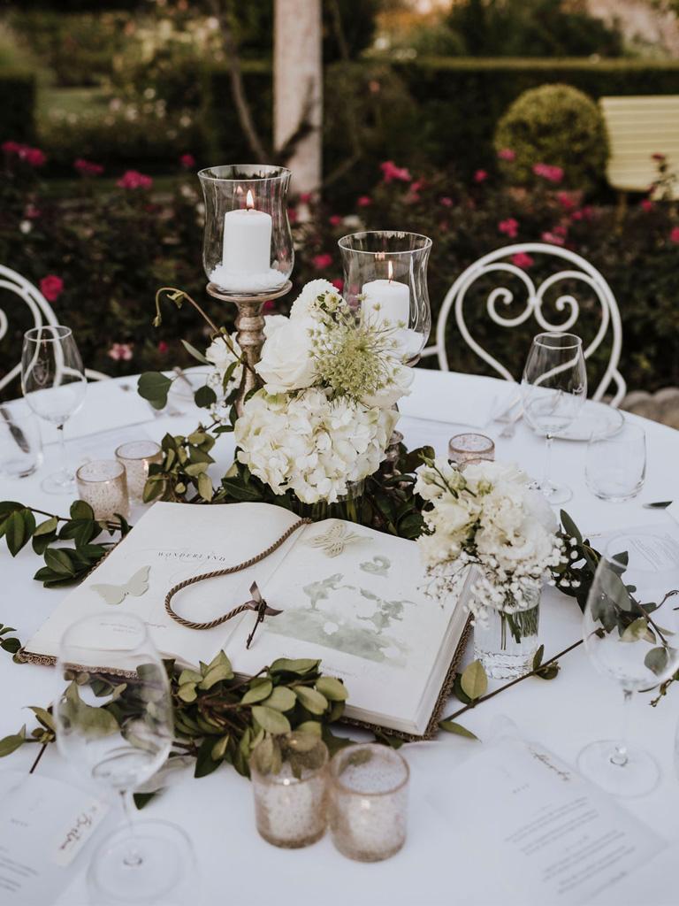 Un centrotavola a forma di libro per un matrimonio in un giardino di Venezia