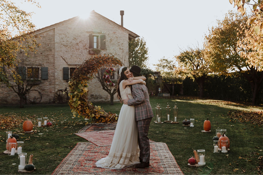 La cerimonia simbolica di un matrimonio autunnale e bohémien