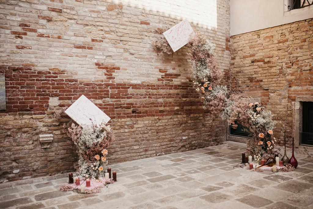 Allestimento floreale di una cerimonia simbolica di un matrimonio romantico a Venezia