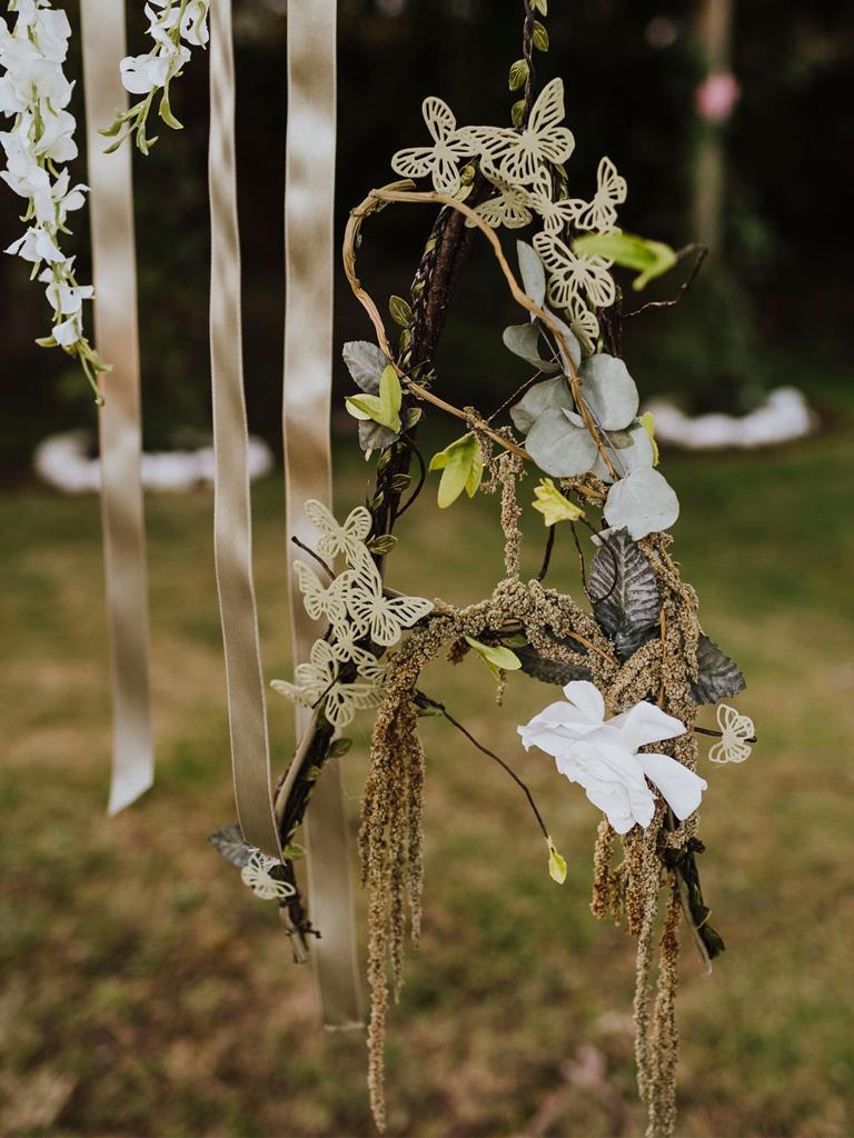 Una decorazione floreale a forma di lettera A per un matrimonio in un giardino di Venezia