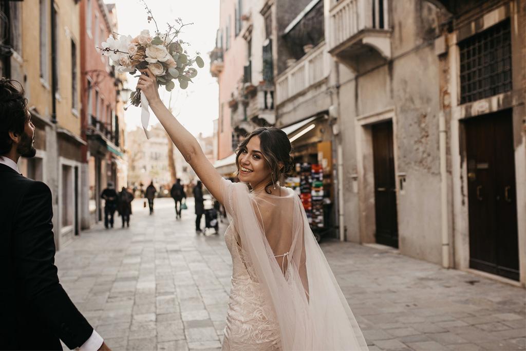Lancio del bouquet durante un matrimonio romantico a Venezia