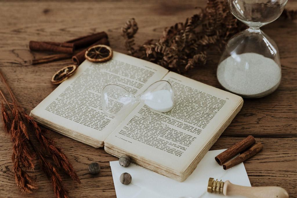 Una clessidra sopra a un libro