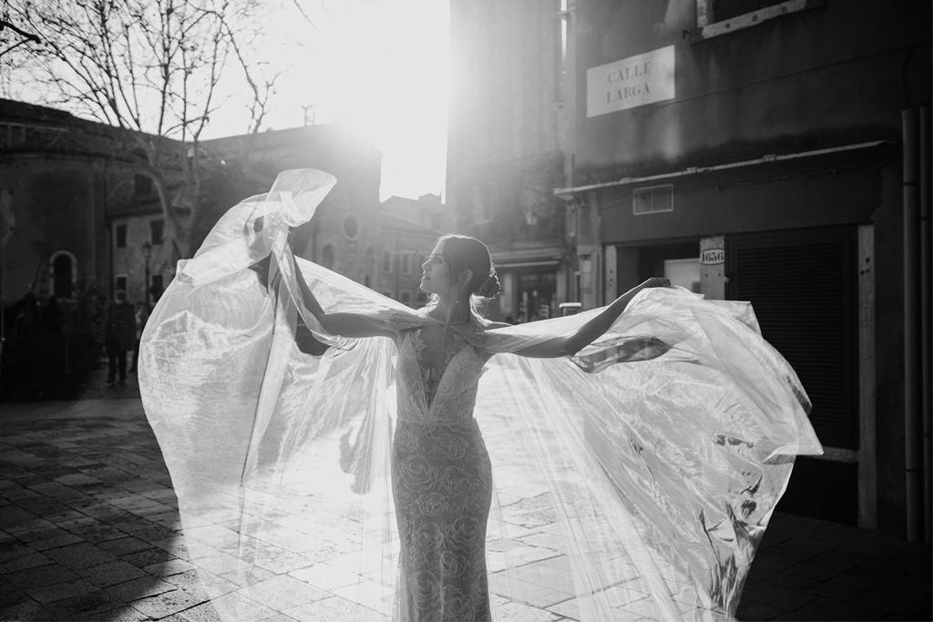 Sposa durante un matrimonio romantico a Venezia