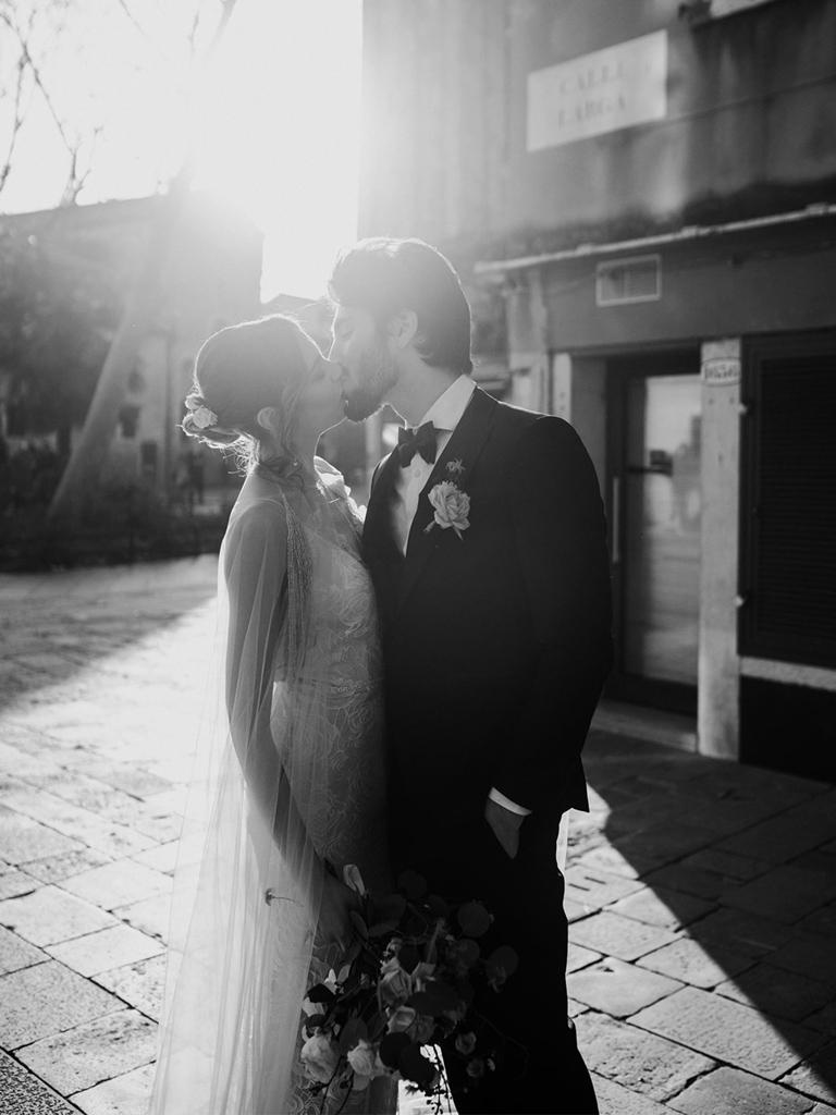 Il bacio degli sposi durante un matrimonio romantico a Venezia