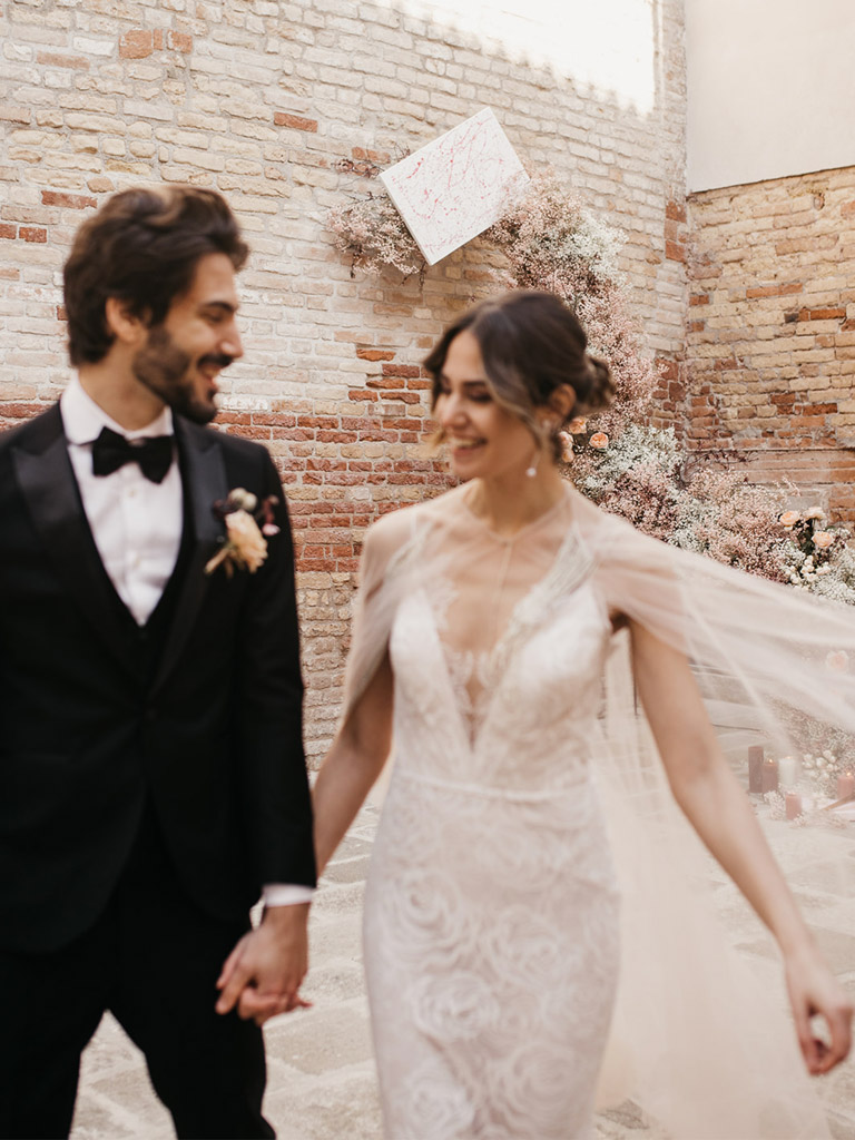 Sposi durante la cerimonia simbolica di un matrimonio romantico a Venezia