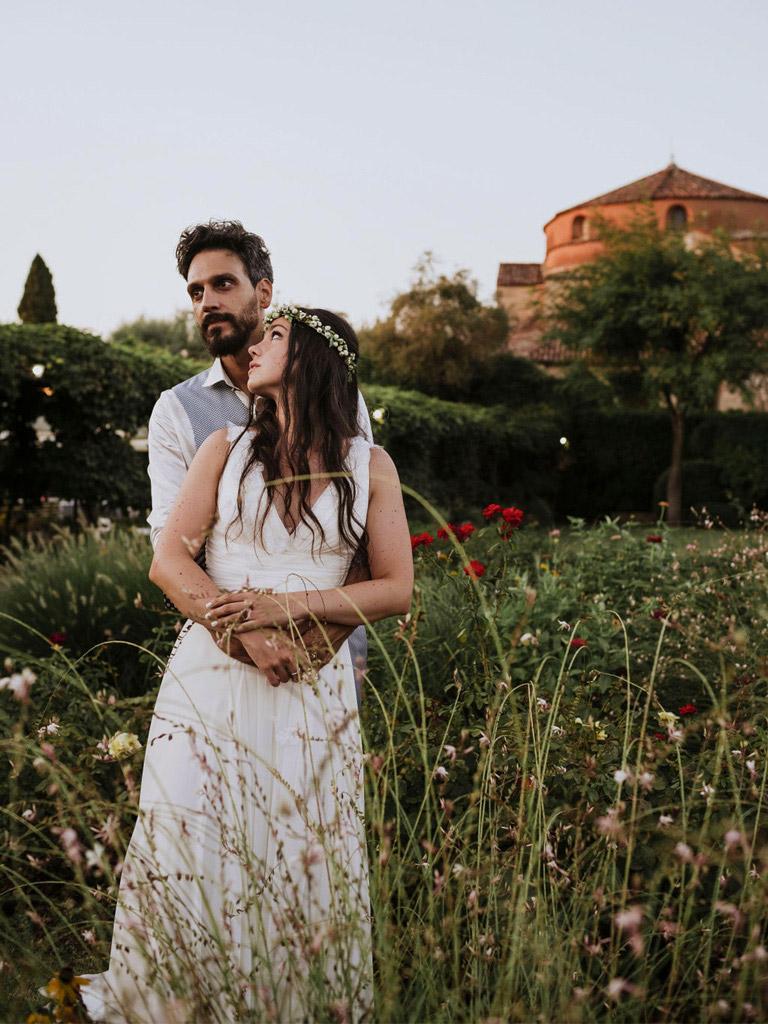 Una coppia di sposi in un giardino di Venezia a Torcello