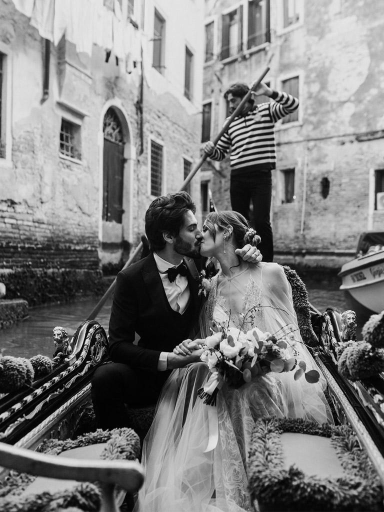 Sposi in gondola durante un matrimonio a Venezia