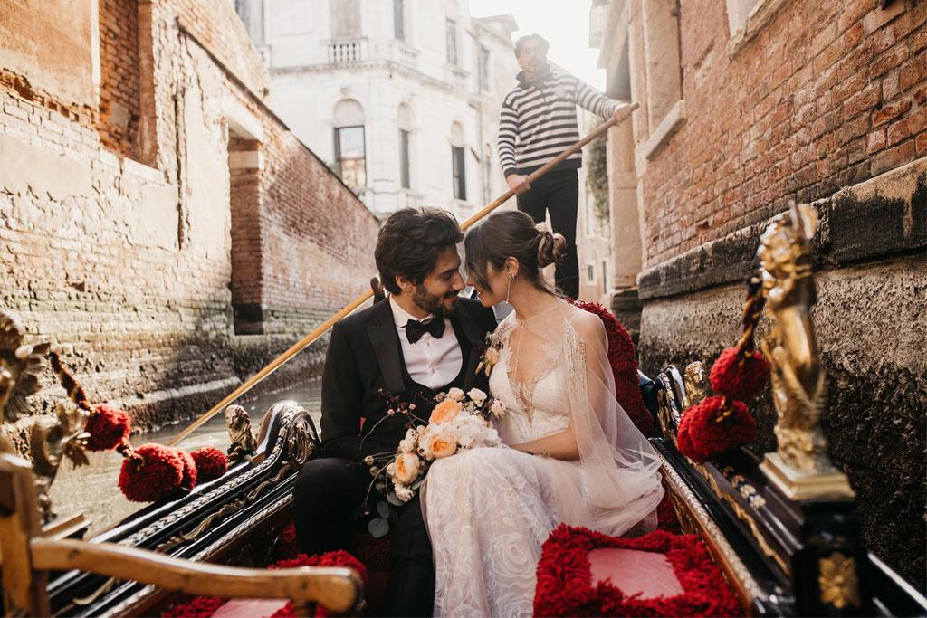 Gli sposi in gondola durante un matrimonio romantico a Venezia
