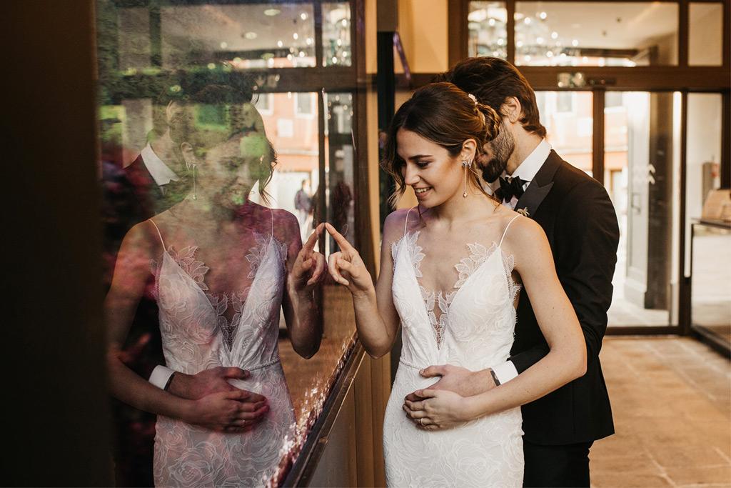 Una coppia di sposi durante un matrimonio romantico a Venezia