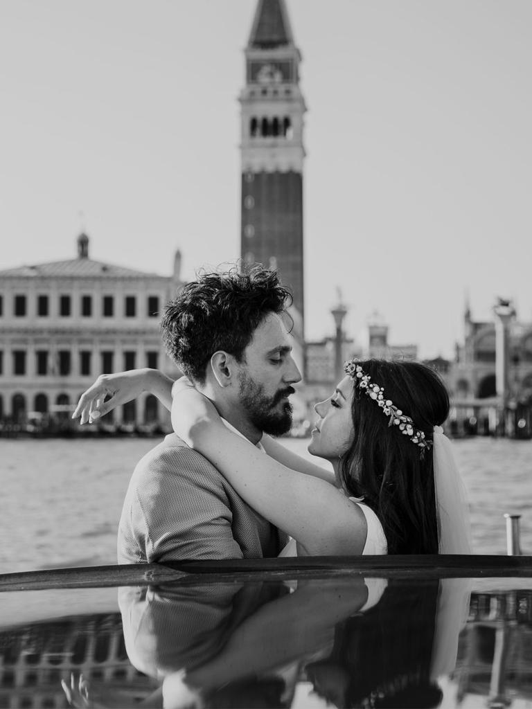Una coppia di sposi su un taxi acqueo a Venezia