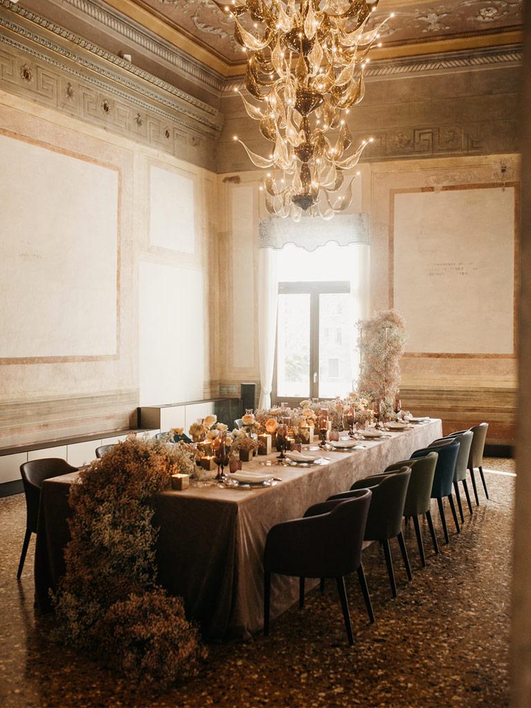 Tavolo allestito per il ricevimento di un matrimonio romantico a Venezia