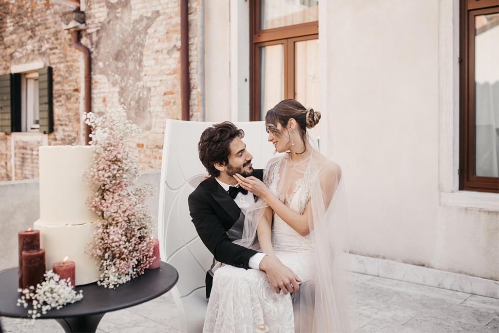 Taglio della wedding cake durante un matrimonio romantico a Venezia